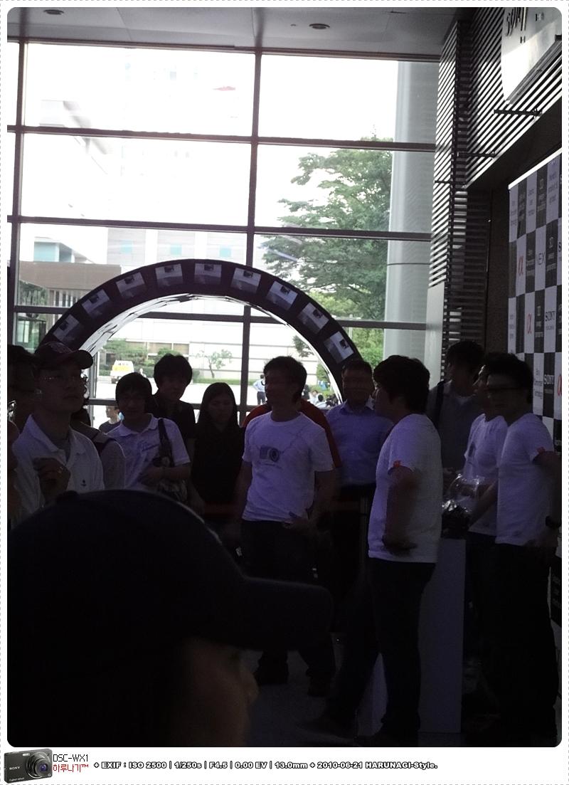 소니 직원들과 기다리는 사람들
