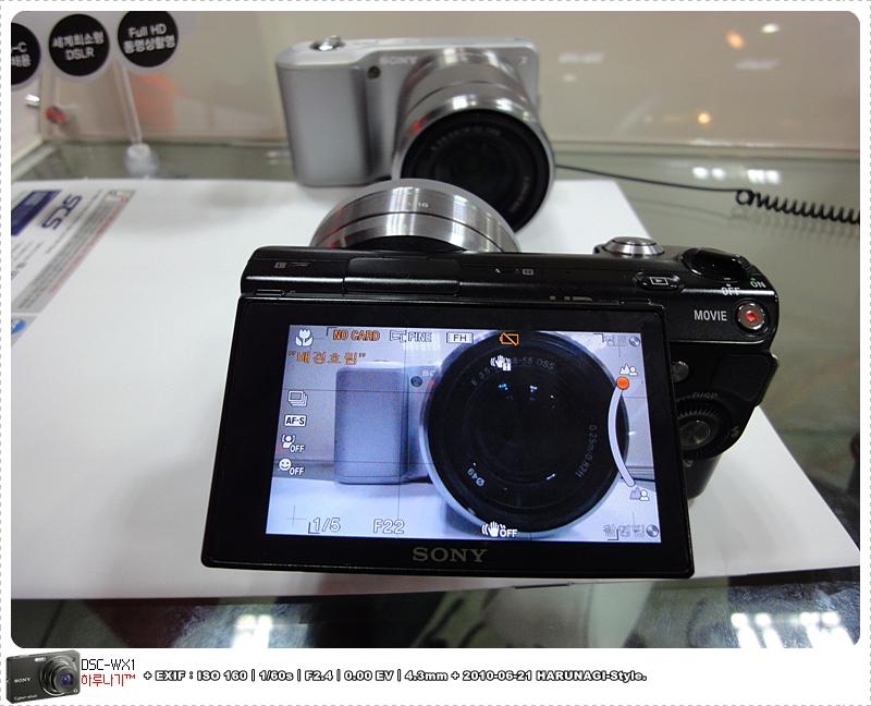 NEX-5 블랙+16mm 단렌즈(배경선명/액정을 위로 살짝 올려 촬영)
